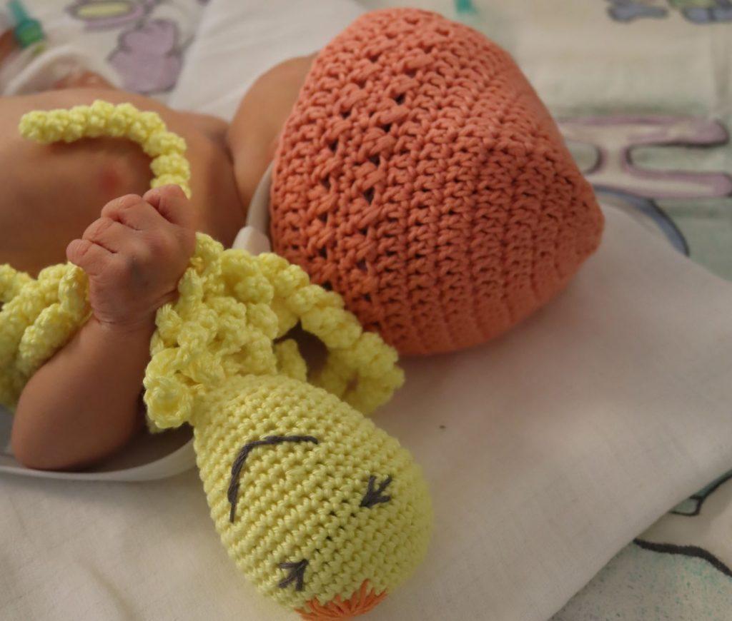Predčasne narodené deti majú vďaka benefičnému háčkovaniu hlávky v teple a chápadlá chobotničiek im pripomínajú pupočnú šnúru